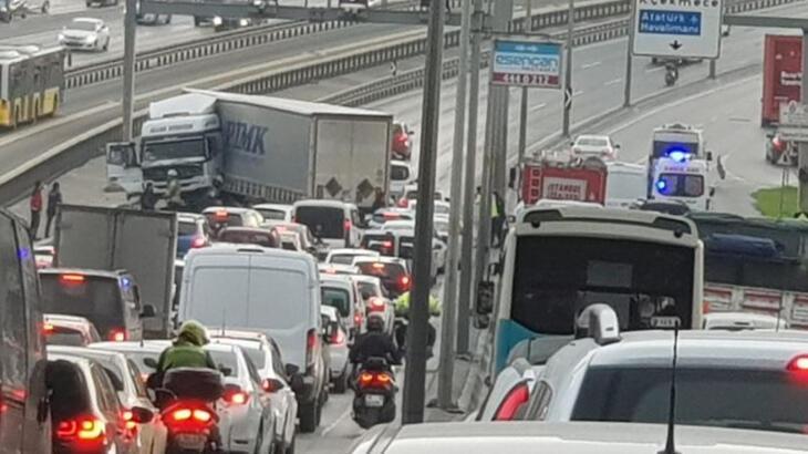 Son dakika... TIR metrobüs bariyerlerine çarptı! E-5 trafiğe kapatıldı