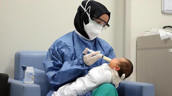 Koronaya yakalanan yeni doğmuş bebeklere hemşirelerden anne şefkati
