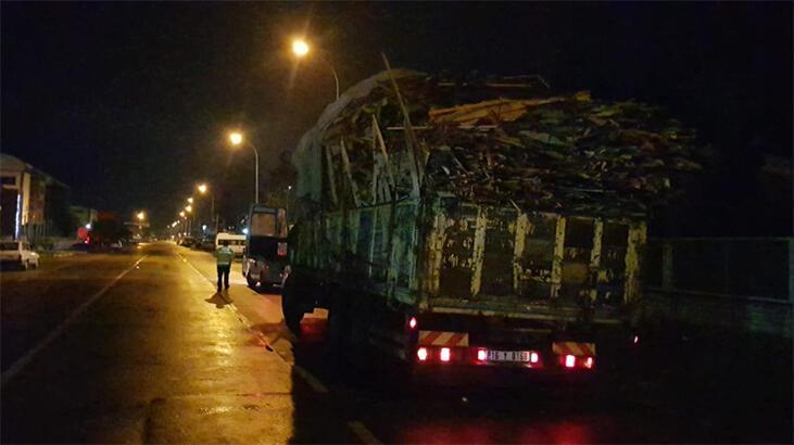 Tahtaları yola saçarak ilerleyen kamyonun sürücüsüne ceza!