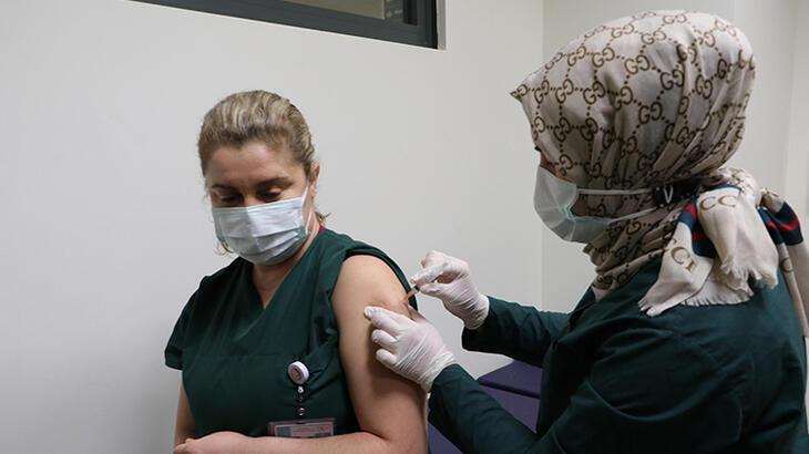 Eskişehir'de sağlık çalışanları aşılanmaya başladı