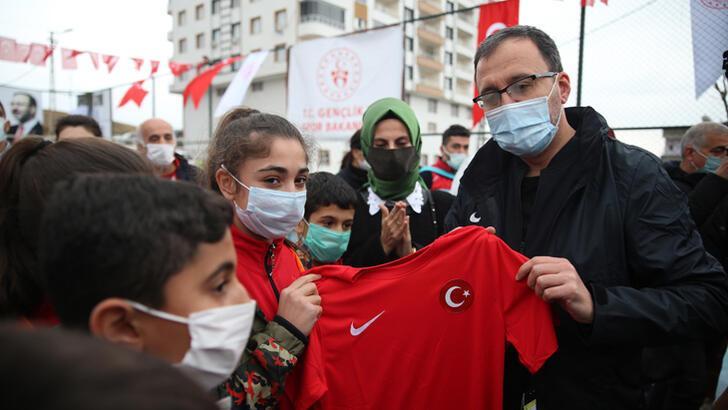 Bakan Kasapoğlu, Siirt'te çocuklarla voleybol oynadı