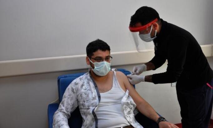 İslahiye'de sağlık çalışanları aşılanıyor