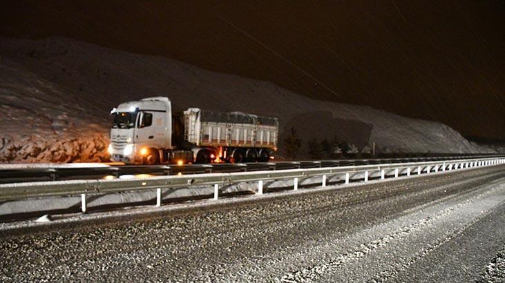 Sivas-Erzincan kara yolunda sürücüler zor anlar yaşadı