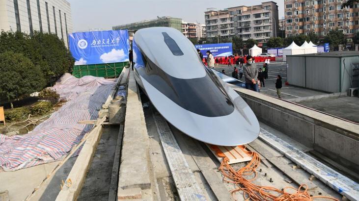 Çin, saatte 644 kilometreye kadar hızlanabilen yeni uçan trenini tanıttı