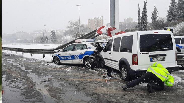 Son dakika...  FSM Köprüsü'nde kaza! Polis aracı bariyerlere sıkıştı