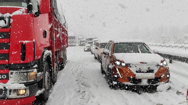Yoğun kar nedeniyle Anadolu Otoyolu'nda ulaşım durdu!