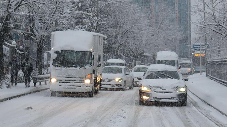 Son dakika! Beykoz'da buzlu yolda araçlar ilerlemekte güçlük çekti