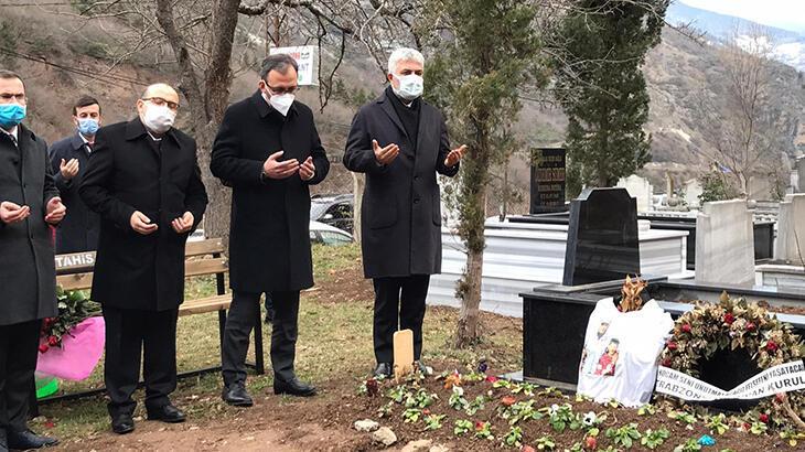 Bakan Kasapoğlu, Özkan Sümer'in kabrini ziyaret etti