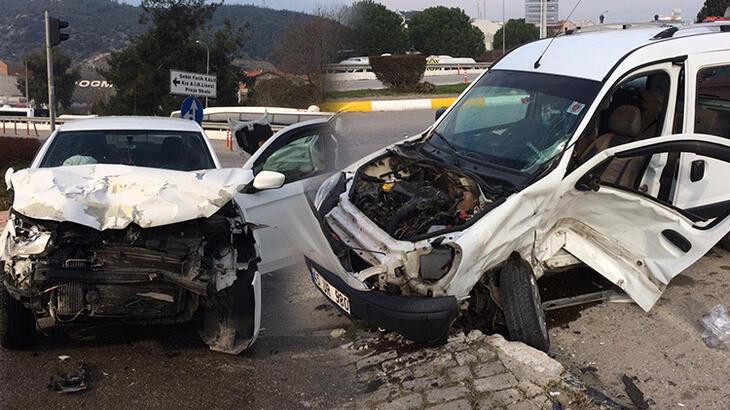 Otomobil ile hafif ticari araç çarpıştı! Ölümden döndüler