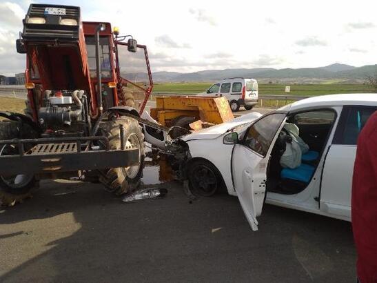 Otomobil, traktörle çarpıştı: 2 yaralı