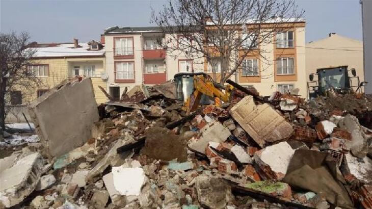 İnegöl'de 2 metruk bina yıkıldı