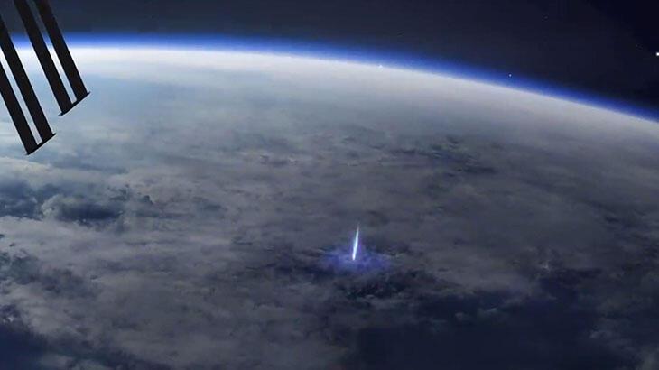 Dünya'dan uzaya yayılan mavi ışık huzmesi!