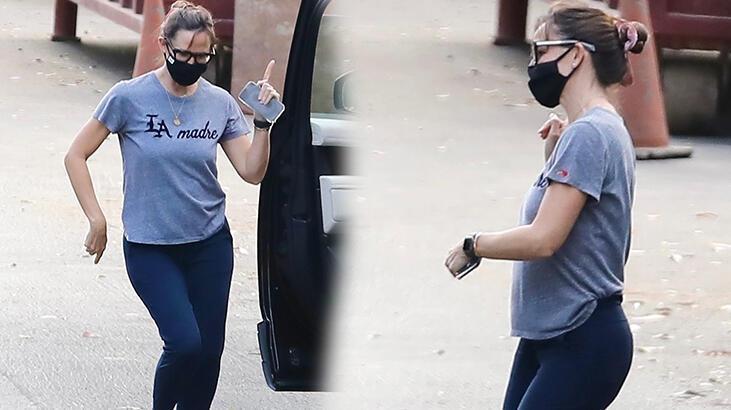 Jennifer Garner'ın keyfi yerinde! Sokakta maskeli dans