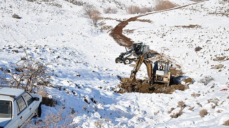 Şarampole yuvarlanan araçtakiler, Mamak Belediyesi ekiplerince kurtarıldı