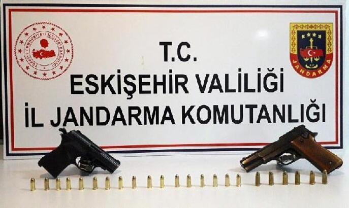 Jandarmanın durdurduğu takside 2 tabanca ele geçirildi