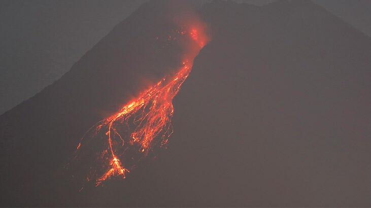 Merapi Yanardağı'nda patlama! Turuncu alarm verildi...