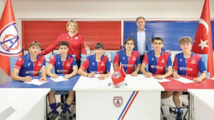 Altınordu Futbol Akademisi'nde imza günü