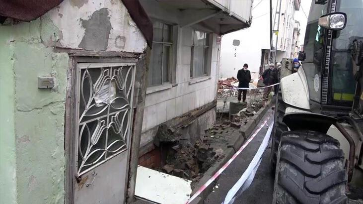 Son dakika... İstanbul'da kaldırım çöktü, bina boşaltıldı