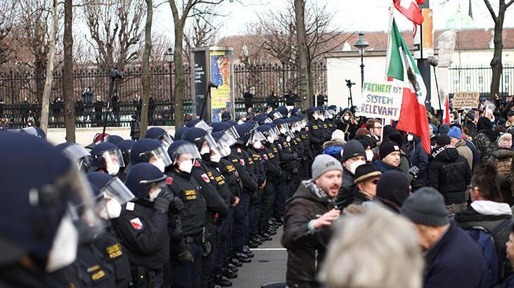 Avusturya'da protestocular gösteri yasağına rağmen sokağa çıktı