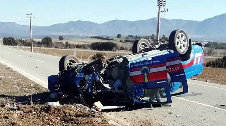 Burdur'da kontrolsüz yola çıkan sürücü, jandarma ekip otosuna çarptı! Yaralılar var