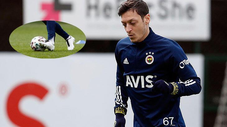 Mesut Özil, kendi tasarladığı M10 marka kramponlarıyla sahada olacak