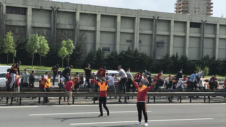 Son dakika haberi - Galatasaray ve Beşiktaş maçları öncesi yasak dinlemediler! Otobanda yola atladılar...