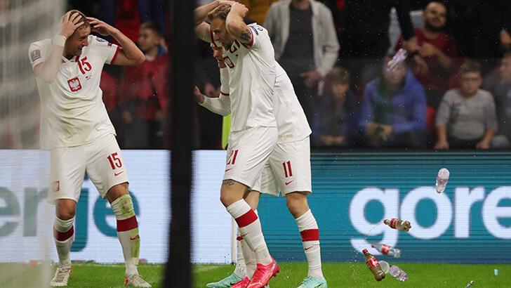 Arnavutluk - Polonya maçı durduruldu! Tribünler karıştı