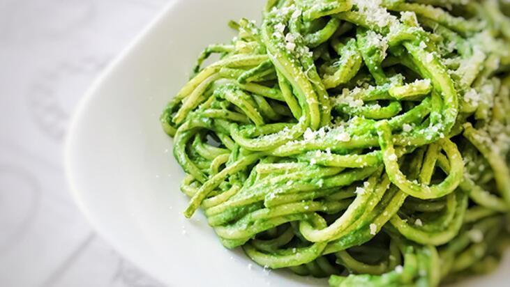 Sağlıklı makarna yok demeyin! Kaju ve pesto soslu spagetti tarifi