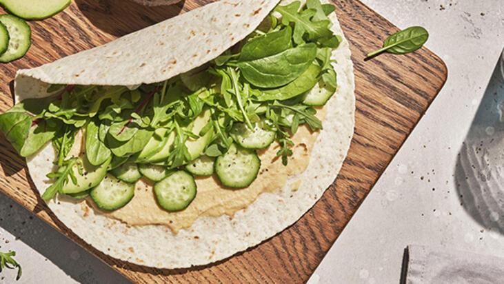 Güçlü ve protein deposu öğle yemeği tarifi: Kale, avokado ve humuslu dürüm