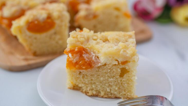 Yazın sürekli yapmak isteyeceksiniz: Kayısılı bademli kek tarifi