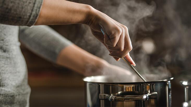 Artan yemekleri ısıtırken sizi zehirleyebilecek 5 kritik hata