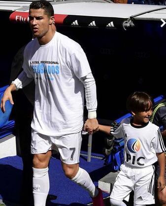 Real Madrid'in Portekizli yıldızı Cristiano Ronaldo, Granada maçı öncesi Avrupa'ya insanlık dersi verdi. Ronaldo, maça Suriyeli mülteci bir çocukla çıktı. (Takvim)İŞTE O ANLAR!