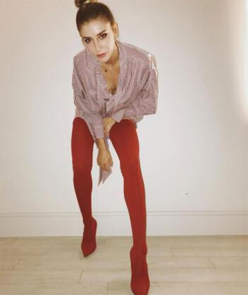 2017/2018 Sonhahar/Kış sezonu bot modellerinde en öne çıkan renk: Kırmızı. İddialı kadınların oldukça hoşuna gidecek bu trendi Victoria Beckham, Hailey Baldwin, Rihanna, Gigi Hadid gibi dünyaca ünlü yıldızlar çoktan giymeye başladı bile. Şeyma Subaşı'nın da giydiğini gördük. Bizden söylemesi :) İşte birbirinden havalı kırmızı bot modelleri ve kombinleri...Şeyma Subaşı