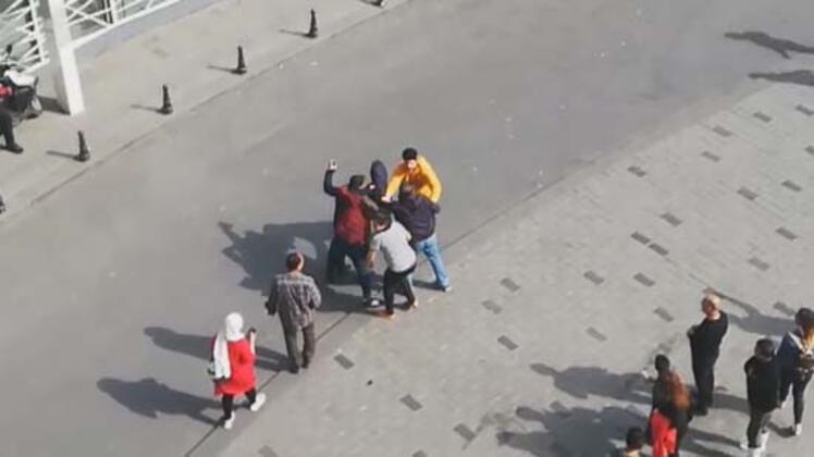 """İstanbul Taksim Meydanı'nda Fas uyruklu sevgililer kavgaya tutuştu. Kadın, """"polis telefon"""" diye bağırınca çevredeki vatandaşlar, kadının cep telefonunu çaldığını sandıkları adamı yakalayıp dövdü. Kavganın, adamın eski sevgilisi olan kadınla birlikte olan fotoğrafı sosyal medyada paylaştığı için çıktığı anlaşıldı. Eski sevgililer olay sonrası karakolluk oldu.HABERİN VİDEOSUNU İZLEMEK İÇİN TIKLAYIN"""