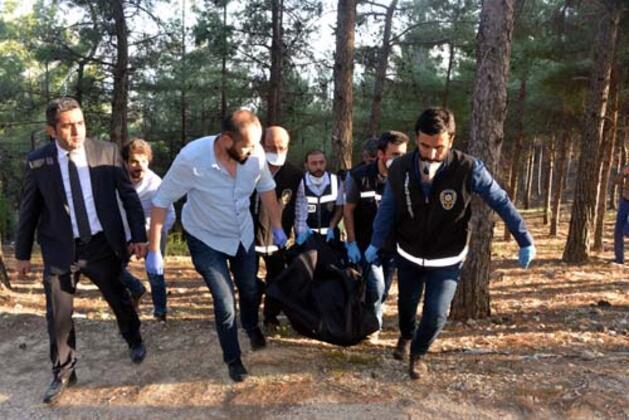 Kahramanmaraş'ta, Ali Osman Karataş (23), etekli videosunu çektiği iddiasıyla arkadaşı Ahmet Şeker'i(23) sırtından bıçaklayarak öldürdü vecesedini sevgilisi Goncagül Uçar(23) ile birlikte ormanlık alana attı. Şeker'in kaybolmasının ardından başlatılan soruşturmada ulaşılan cesedi, olaydan sonra başka bir suçtan cezaevine giren Karataş ile birlikte ormanlık alana attığı belirlenerek gözaltına alınan Goncagül Uçar, tutuklandı.HABERİN VİDEOSUNU İZLEMEK İÇİN TIKLAYIN!