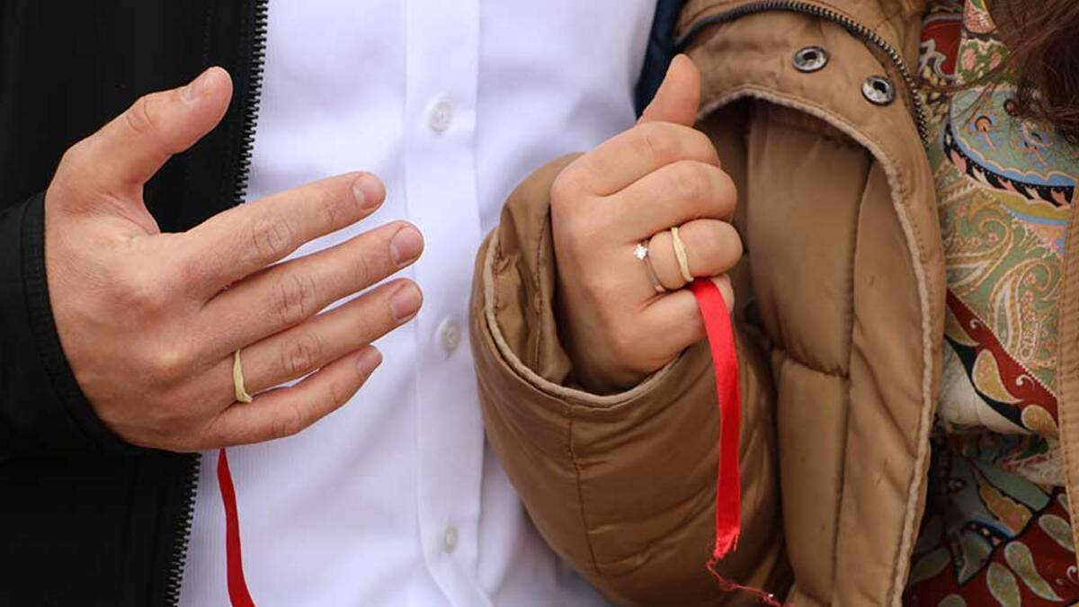 Corona mesaisi yapan doktor çift, acil serviste nişanlandı
