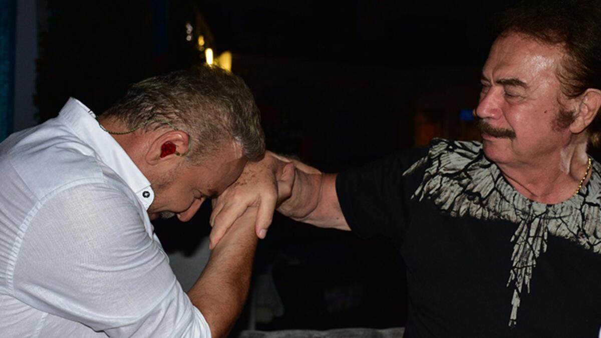 Sahneden indi, Orhan Gencebay'ın elini öptü - Magazin Haberleri ...