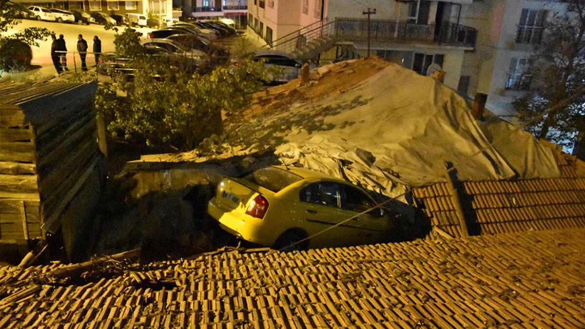 Akılalmaz kaza! Taksi evin çatısına devrildi