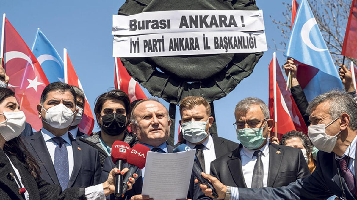 İYİ Partililerden siyah çelenkli protesto