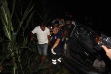 Telefonların ışıklarıyla kaza yapan sürücüyü aradılar