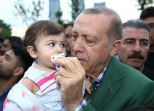 Cumhurbaşkanı Erdoğan çocuklara oyuncak dağıttı