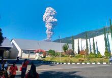 Son dakika... Volkan patladı, havalimanı kapandı!
