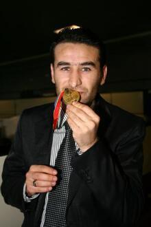 Galatasaraylı eski futbolcu ailesi ile birlikte açlık grevine başladı