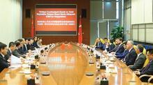 Bakan Albayrak, Pekin'de enerji sektörününtemsilcileriyle görüştü