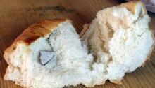 Ekmeğin içinden çıkanı görünce şaşkına döndü