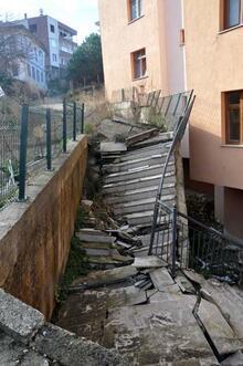 Son dakika... Sürmene'de bir mahalle kayıyor, binalar boşaltılıyor