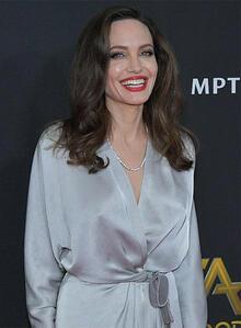 Angelina Jolie'ye 11 yaş küçük sevgili!