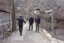 Bu köye kapısı olan asma köprüden geçilerek giriliyor!