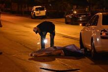 Elinde bıçakla yolun karşısına geçmeye çalışırken 2 araç ezdi