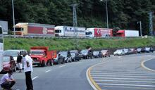 Günlük geçiş rakamı 28 bini aştı, Sarp sınır kapısı kilitlendi